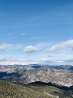 montagne brune sous le ciel bleu photo
