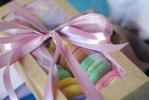 Macaron coloré dans une jolie boîte avec ruban, biscuits français macaron