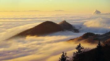 nuages sur les montagnes