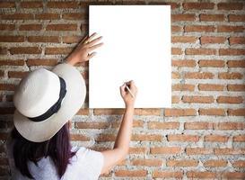 portrait de jeune fille au tableau blanc photo