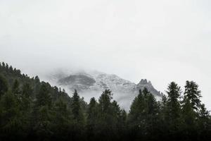 Suisse montagne enneigée photo