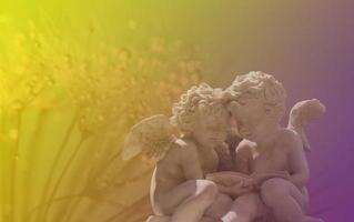 statue d'ange dans une lumière colorée