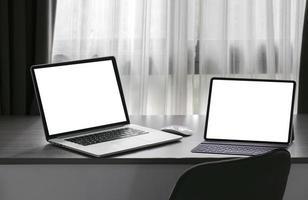 deux ordinateurs portables dans une maquette de pièce sombre photo