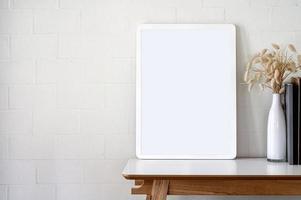 maquette de cadre photo avec des fleurs sur un bureau
