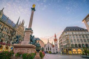 Skyline de Munich avec l'hôtel de ville de la Marienplatz photo