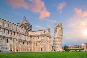 la cathédrale de pise et la tour penchée de pise.