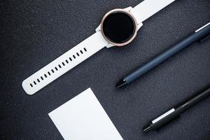 montre intelligente et stylos photo