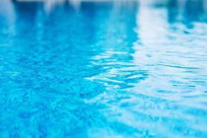 gros plan de la surface d'une piscine