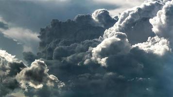 lumière dramatique sur les nuages