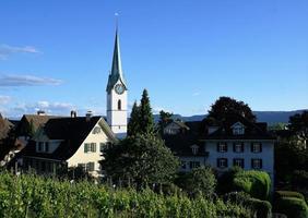 église dans un village photo