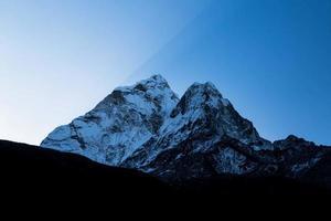 Sommet de la montagne enneigée au Népal photo