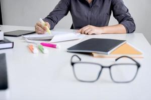 verres sur une table avec un professionnel travaillant en arrière-plan photo
