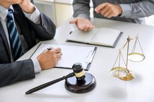 gros plan d'un avocat et d'un client