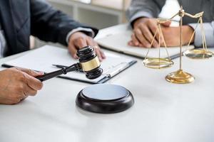 avocat et client discutant de l'affaire