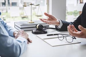 un avocat et un client lors d'une réunion