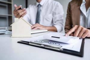 deux personnes calculant les frais de logement
