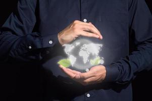 mains humaines tenant une maquette numérique de la terre