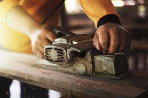 charpentier à l'aide d'outils de travail du bois photo