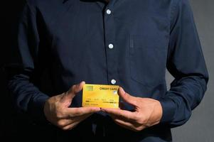 homme tenant une carte de crédit photo