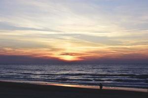 un coucher de soleil en soirée photo