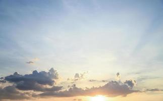 ciel du soir avec lumière du soleil de beauté en été photo