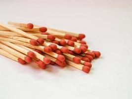 tas de bâtons d'allumettes rouges