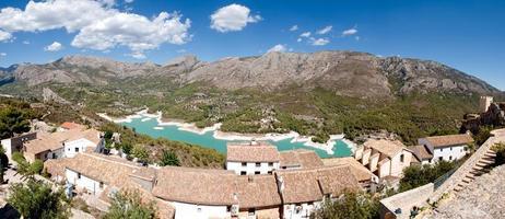 village de montagne boisé