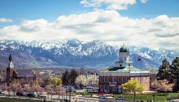 petite ville entourée de montagnes