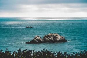 rocher côtier dans un plan d'eau photo