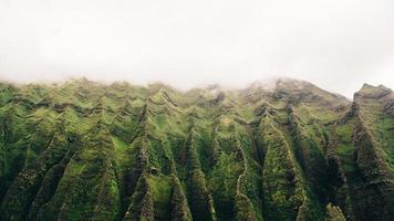 photo de montagne incurvée verte