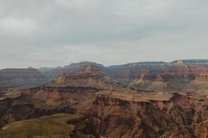 grand canyon avec un ciel nuageux