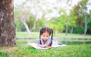 fille lisant un livre à l'extérieur photo