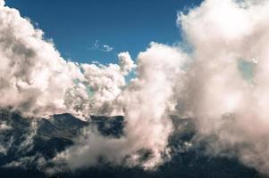 nuages au-dessus des montagnes photo