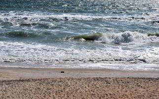 vagues de l & # 39; océan se brisant sur la plage