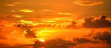 lever de soleil nuageux dramatique photo