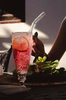 verre à boire transparent rempli de jus photo