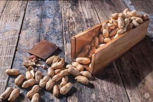 arachides dans un plat en bois