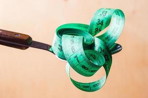 Ruban à mesurer vert sur cuillère de cuisine photo