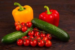 légumes sur fond de bois