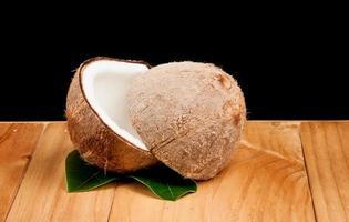 noix de coco sur bois photo