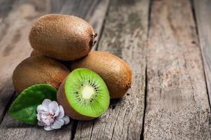 kiwi sur table photo