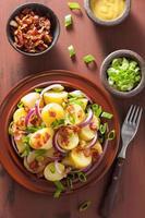 salade de pommes de terre au bacon et à la moutarde à l'oignon photo