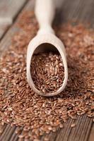 graines de lin avec de la graisse oméga en cuillère photo