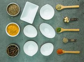 épices et herbes dans des bols en métal.