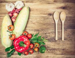 légumes biologiques frais et épices sur un fond en bois.