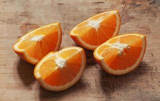 orange sur une planche de bois photo