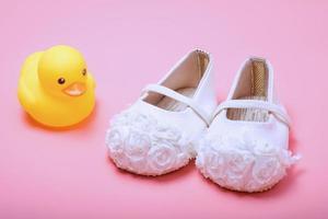 jolies chaussures de bébé pour les filles sur fond rose. photo