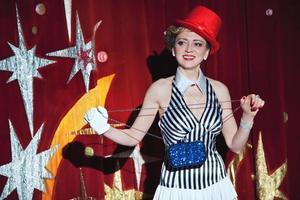 artiste de cirque femme magicien à la lueur des projecteurs photo