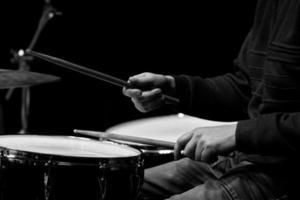 mains d & # 39; un homme jouant un kit de batterie