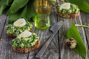 bruschetta aux œufs de ramson et de caille photo